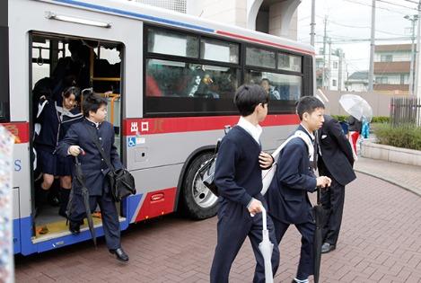 日吉駅からバスで通学する生徒もいます