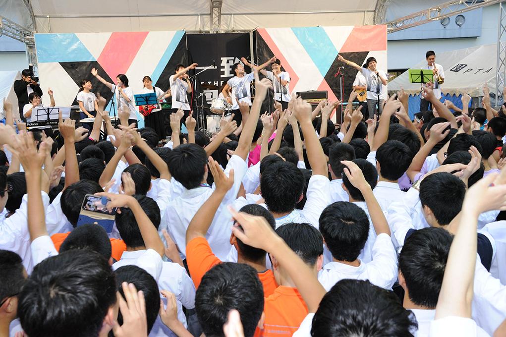 学園祭後夜祭の教職員バンドが大盛り上がりを見せます