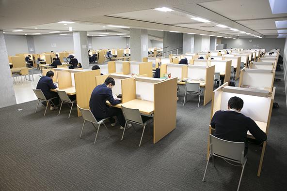 自習室は約300席あり、ほぼ年中無休で朝7時から利用できます