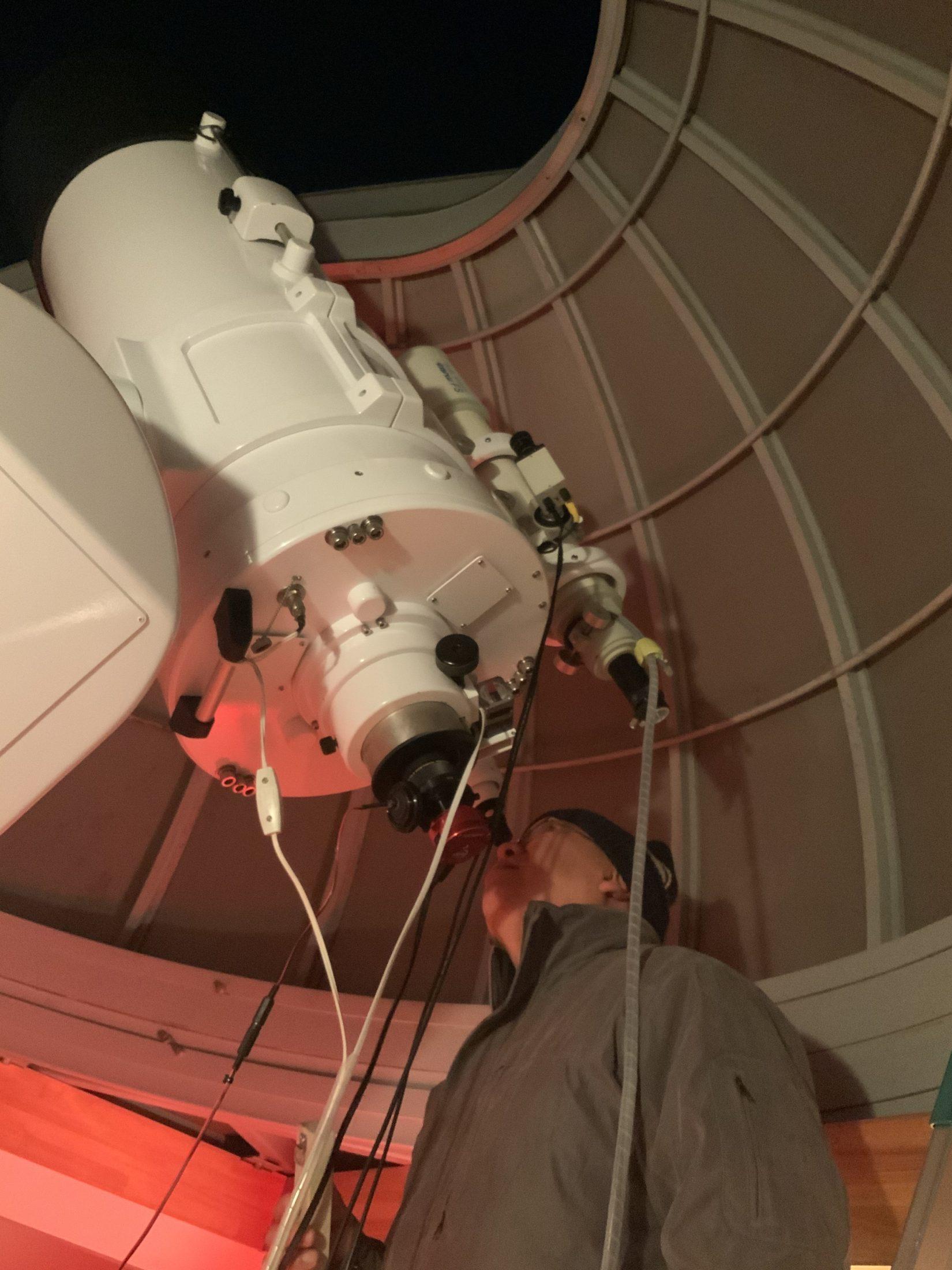 自宅屋上にある反射望遠鏡で観察中の北崎勝彦教諭(東洋英和女学院/社会科)。天文部の顧問としても指導している