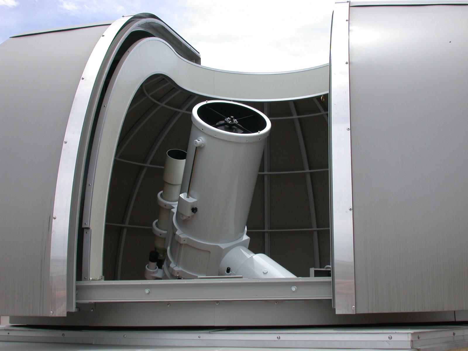 自宅屋上にある口径40cmのドーム型反射望遠鏡は、公式の観測所として登録されている。